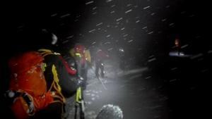 Räddningsarbetare försöker komma fram til hotellet i det hårda vädret.