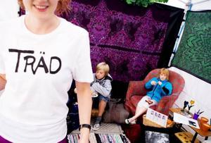 Kreativ Explosion bjuder bland annat på kylskåpspoesi med människor. Elin Frykenstrand, 9 år, har tagit plats i fåtöljen där Östersunds längsta halsduk ska påbörjas.