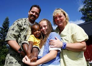 Mattias, Ambros, Ellentin och Cecilia Ekhem är hemma på Hemmanet igen efter åtta månader tillsammans i Kenya. Familjen har lärt känna varandra och Ellentin har gått i svenska skolan.