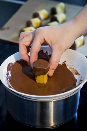 Doppa dammsugarändarna i smält choklad och låt stelna.