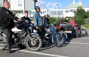 Ett tiotal mopedister från Retro Riders samlades utanför Tonhallen för en åktur under torsdagskvällen.