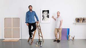 """Acnes streamade konsttjänst består av en tunn led-""""duk"""" som konstverken streamas till och som kommer att kosta ungefär som en smartphone. Sedan prenumererar man på konsten som väljs ut av en kurator. På bilden syns skaparna Victor Press och Johan Holmgren."""