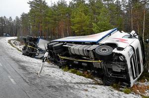 Den här lastbilen körde av vägen strax söder om Röfors i Laxå kommun.