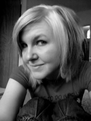 """Lyckades. Yvette Gustafsson i färd med att skicka ut de exemplar av """"Drömresan"""" som postas till de bidragsgivare som har stöttat henne via crowdfunding-sajten Fundedbyme. """"Drömresan"""" tecknade hon när hon läste vid Högskolan i Gävles serietecknarprogram."""