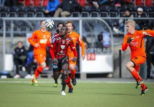 Modou Barrow gjorde en gedigen insats som vänsterforward och hans 2-0–mål direkt på volley var en läckerbit. Här har han lämnat tre motståndare på efterkälken.