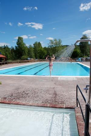 Premiärrusning. Många trodde att Rebecca Larsson från Evertsberg var först i det nyinvigda badet. Hon slogs dock med hundradelar av en pojke på andra sidan bassängen, se bilden.