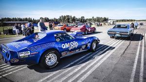 Michael Johansson med sin Corvette, en solig sommardag på Optands Flygfält.