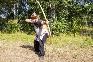 Gunnar Holmgren brukar vinna bågskyttetävlingar under medeltidsveckan på Gotland. Här visar han vad han går för.