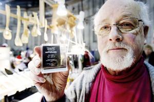 """""""Ser ni flugskiten? Det är locket"""", säger Gerhart Spaarmann och visar världens minsta nipperask. Ett Guinness-rekord som han ohotat har haft i 21 år."""