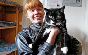 Mikaela Bengtsson, Borlänge, med sin första katt. Katten Elvira har varit på katthemmet i ett år. Nu har de hittat varandra och på torsdagen flyttade Elvira in hos Mikaela. Foto: Johnny Fredborg