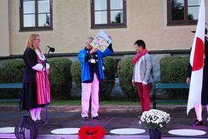 Borgmästare Toshihiko Sentei fick ta emot en signerad jubileumsaffisch av konstnären Per José Karlén.
