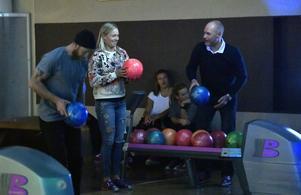 Frida Hansdotter laddade med att vinna bowlingturneringen på Idre Fjäll, tränarduon Peter Qvick och Lars Melin fick ge sig mot Frida, liksom övriga åkare.