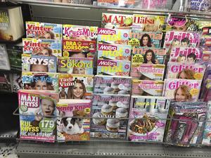 Tidningshyllan i en vanlig matbutik är inte i takt med tiden.