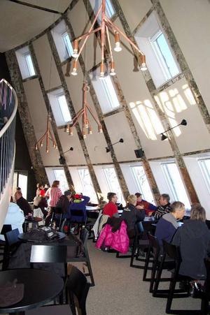 Inuti restaurangen har man en otrolig utsikt över fjällen.