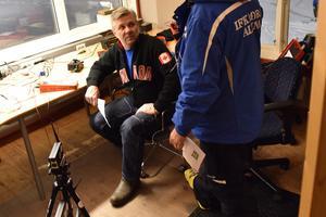 Inne i värmen testar Olav Cristoferson tidtagningsutrustningen inför alla kommande tävlingar som kommer att arrangeras.