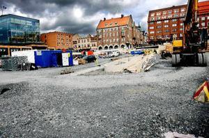 I slutet av 2007 klubbade Östersunds styrande politiker igenom förslaget att bygga om Stortorget till en kostnad av 36 miljoner. Under vintern har kostanden ökat med två miljoner.