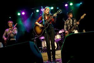 Annika Norlin alias Hello Saferide spelade på Gamla teatern i fredags. Sällskap på scenen hade hon av musikerna Fredrik Swahn, Andrea Kellerman, Fredrik Hultgren, Östersundssönerna Magnus Eklund och Jens Lagergren.