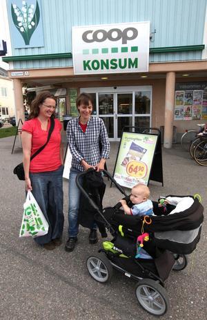 Camilla Forsman och Anna Forsman från Kristianstad med sonen Elias stannade till i Ockelbo på väg till Jämtland. – Vi hörde det på radion. Det är en rolig nyhet för alla. Det är extra kul eftersom jag precis själv har fått barn, säger Camilla.