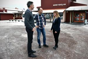 Magnus Lantz, Magnus Strömberg och Marie-Louice Ollars utanförs Noretskolan.