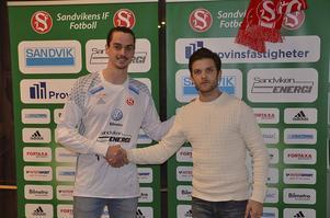 Sandvikens målvaktsjakt är över. Kalle Jansson hämtas in från division 3-laget Avesta AIK och skakar hand med sportchefen Anders Boman.