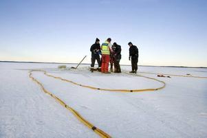 STULEN. Bilen som under måndagen rapporterades ha gått igenom isen vid Strandbaden, Årsunda, var stulen. Kustbevakningens dykare hittade inte någon kropp i bilen, som ligger på cirka fem meters djup. På bilden kan man skönja bilspåren som försvinner ned i vaken.
