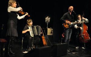 Världsmusiktrion Kaja kompar här vissångaren Lucas Stark som sjön visar av både Dan Andersson och Joe Hill.