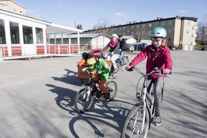 Familj på väg. Familjen Nikula i Hallstahammar har snart nio barn. Här cyklar 11-åriga Stella och 6-åriga Ivan med mamma Matilda, pappa Sami och fyra småsyskon i lådcykeln.  Foto: Maja Tengnér