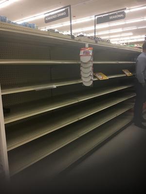 Inget vatten kvar i den här livsmedelsaffären i Fort Lauderdale på onsdagen. Folk har bunkrat upp.