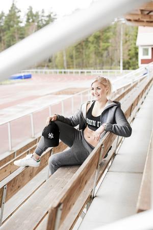 Madde i: Grå hoodie, 299 kronor och byxor 199 kronor, båda från Gina Tricot Träningstopp, Gina Tricot, 149 kronorKeps, Intersport, 249 kronor. Skor från Stan Smith, Bergqvist skor i Falun, 899 kronor