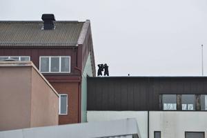 Ungdomarna ser ut att ta en mobilbild från taket...