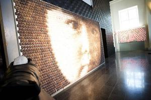 3 200 små keramiska ansikten bildar ansiktet på ett kinesiskt barn, som symbol för hur många barn som dagligen uppges försvinna i Kina.