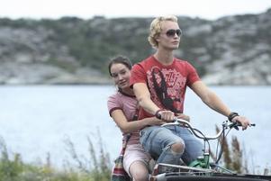 """på franska. Anaïs Demoustier och Björn Gustafsson i """"Les grandes personnes – De vuxna"""".Foto: Sandrew Metronome"""