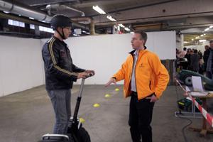Tv-programmet Solsidan har onekligen bidragit till trenden med att köra Segway. Många tog chansen att provköra det tvåhjuliga fordonet. Här är det Lars Myrlund som testar och får tips av säljaren Fredrik Wiklander.