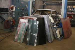 Det ser ut som en plåthög men när Åke Sandberg är klar kommer det vara en totalrenoverad Shelby GT 350 1966