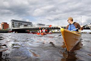 """Är imponerad. Mats Ståhlberg från Kayak Center i Gävle håller ständig koll på hur det går för killarna och redan nu ser han stora framsteg hos dem alla. """"De har lätt för att lära sig"""" , säger han."""