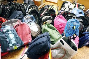 Nu har drygt 100 av de asylsökande barnen fått sina skolväskor som Arbetarbladets läsare har lämnat in.