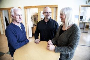 Härnösands bygglovshandläggare vill bli mer effektiva och bjuda på bättre service med telefonservice fyra dagar i veckan, fr v Tomas Karlström, Thomas Lindström och Birgitta Persson.