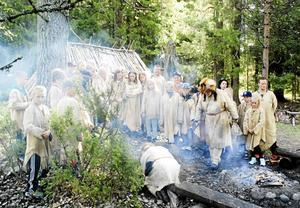 Jägarna Räv och Mård (Allan Borgsten och Curt Lofterud) förbereder här lunchen. Röding tillagad på stenåldersvis, i en kokgrop.