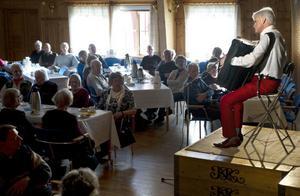 Sören Rydgren var i fin form när han på söndagen spelade i Hå ordenshus, i den första av tre musikkaféer.