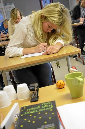 Glödande penna. Tea Wendelsson, som går i nian på Karlsängskolan, skrev så att pennan glödde under fredagens workshop med författaren Torgny Karnstedt.