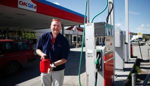 Mikael Åsenlund tankar till sin gräsklippare.– Det är dyrt. Tänk på vad bensin- bolagen tjänar när de höjer någon  krona, säger han.