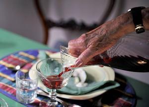 Helt plötsligt känns det som att vi som är i pensionsålder mer och mer är ett hinder för den yngre generationens livskvalitet, skriver debattören.