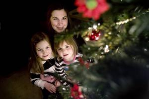 """JUL HEMMA HOS FAMILJEN REIMAN.                        Eva Reimans föräldrar är skilda och själv är hon separerad och bor ensam med döttrarna Ebba och Tindra. Men de har lyckats få ihop julfirandet ändå. """"Vi firar oftast julafton hos min                        mamma men i år ska de komma till oss. Pappa och hans fru kommer på förmiddagen och resten av familjen kommer senare på dagen""""."""