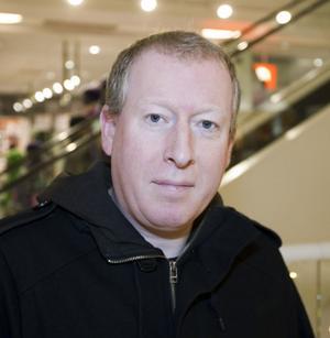 Gerard Williams, 43 år, ljudtekniker, Dublin/Gävle:– Sluta med cigaretterna. Det löftet har jag avgett tidigare, för många år sedan, och faktiskt slutat ett tag men nu är jag där igen. Så jag får lova det igen.