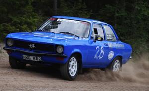 Tyska krafter. Svenne Stors med sin Opel Ascona -74. Foto:Christian Larsen
