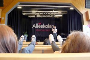 Sofia Larsen pratade med elever på Alléskolan i Hallsberg.