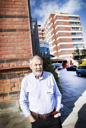 Lång erfarenhet. 69-årige Erik Hemmingsson har lång erfarenhet från sjukvården – både som läkare och chef. Nu ska han hjälpa till med att bringa ordning på den problemtyngda barnkliniken på Gävle sjukhus. Inte minst ska han jobba med att  förbättra läkarbemanningen och läkarnas arbetsmiljö.