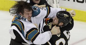 Douglas Murray, här i slagsmål med  Dallas Steve Ott i en NHL-match 2011, är en av spelarna som Brunflo IK för diskussioner med.