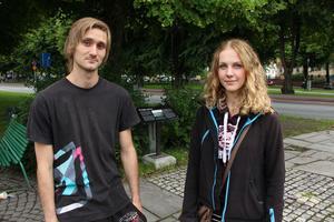 Joachim Nyström och Linnéa Lönn är två av Gävles många Pokémonjägare