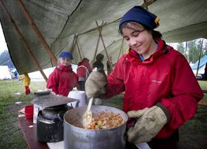 Rörde om i grytan. Vid Ludvikascouernas tältstad träffade vi bland andra Nicole Accord som förberedde utspisningen av de unga hungriga lägerdeltagarna.
